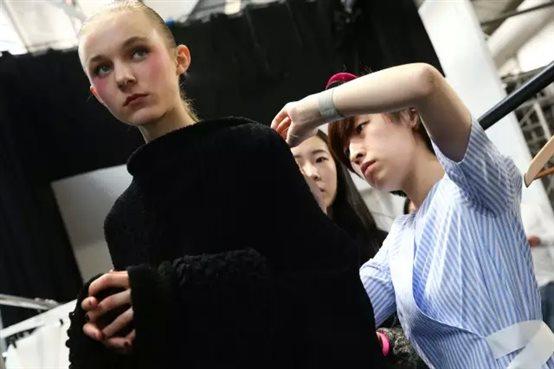 梅赛德斯-奔驰特别呈现,中国新锐设计师李筱闪耀伦敦时装周  北京时间23日晚,屡获殊荣的中国新锐时装设计师李筱于伦敦时装周发布其2016年秋冬全新系列,闪耀整个时装周。作为梅赛德斯-奔驰国际设计师交流计划的组成部分,李筱在伦敦的秀场再次见证了奔驰致力于支持全球时尚产业发展的重要承诺。    李筱是中国备受瞩目的新锐设计师之一,她在梅赛德斯-奔驰国际设计师交流计划中的参与,让梅赛德斯-奔驰与伦敦时装周倍感期待。作为这一国际时装盛事不容错过的亮点,李筱的全新系列首秀在本季时装周压轴上演,这亦成为她在赢得 20