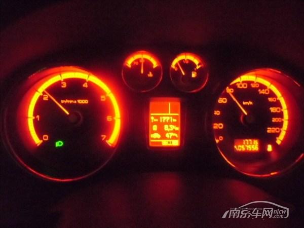 本车12年标致408,一手,,南京牌照,手动5速变速器, 2把钥匙齐全,百公里8升的油耗,16寸高扁平比防爆轮胎, 配置很好,人机交换功能,真皮座椅,恒温空调,四门电动,电动折叠镜,铝毂等, 车况不错,大事故绝无,全是小刮小檫, 目前行驶了5万余公里,公里数每日缓慢增加中,, 内饰整齐,机器有劲,正是好用的时候, 南京牌手续全,年检到2014年,保险也到2013年12月, 原上牌价14万,现价只要7.